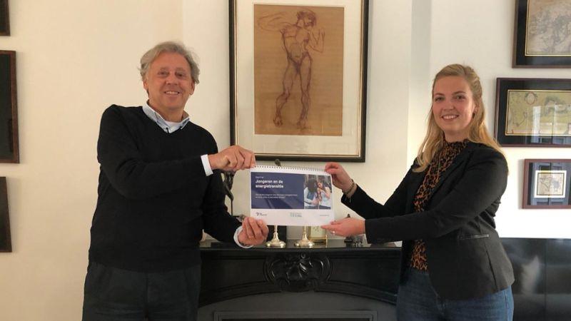 Anne Schipper overhandigt rapport aan ed Nijpels