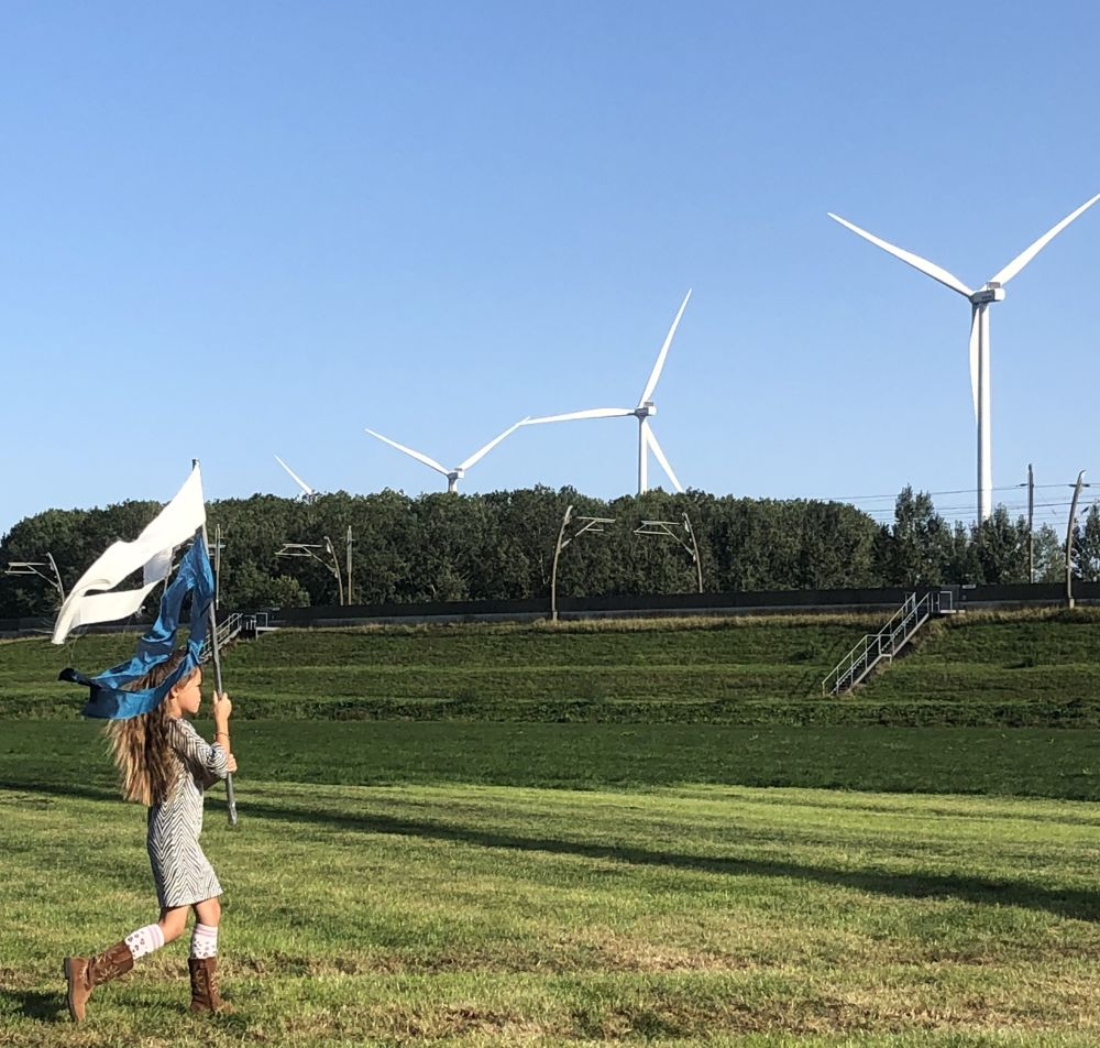 Meisje met vlag bij feestelijke opening van windpark Deil