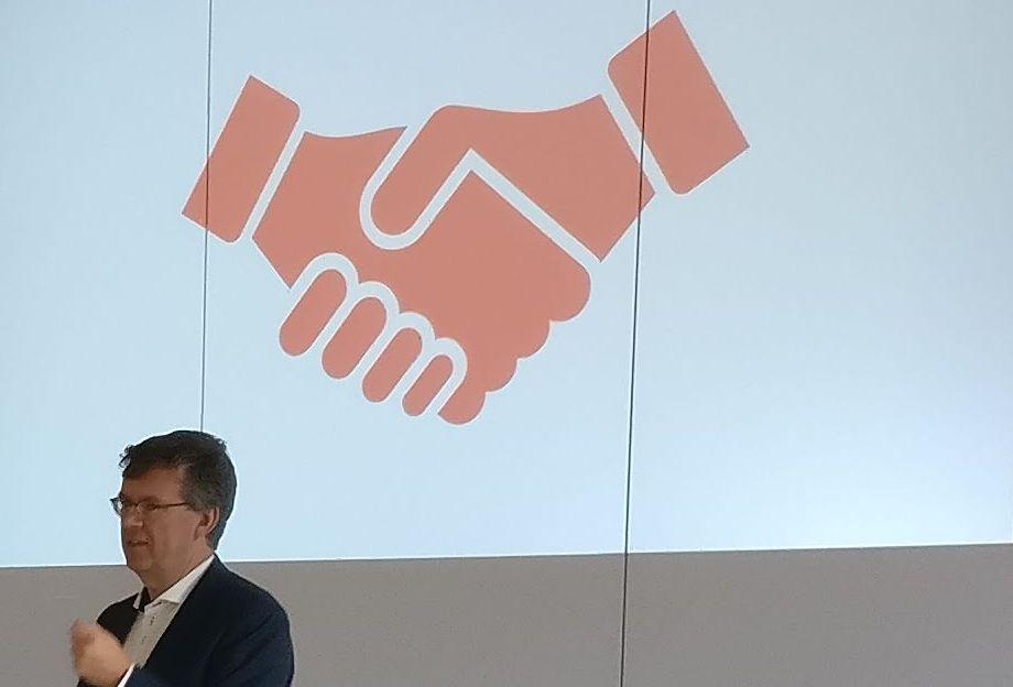 Joost Reus bij een dia over de Samenwerkingsagenda